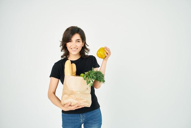 Brünette beim einkaufen von lebensmittelpaketen