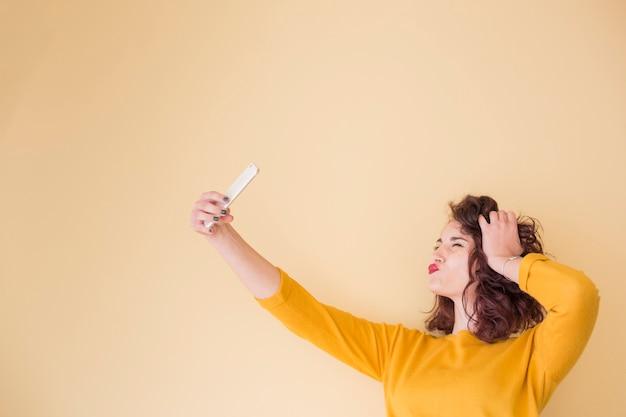 Brünette bloggerin macht ein selfie