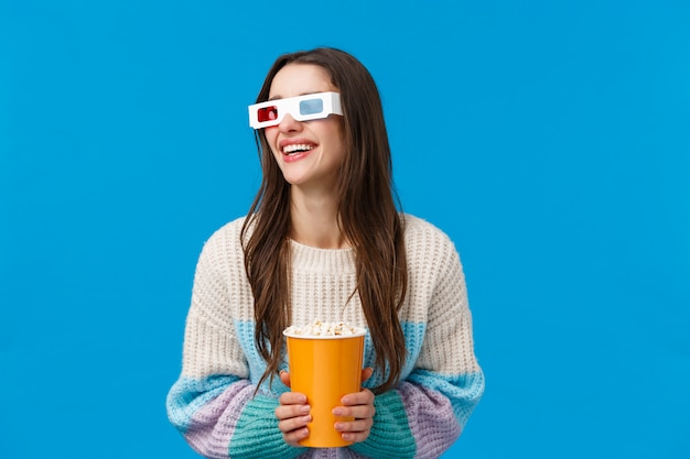 Brünette frau mit 3d-brille und popcorn