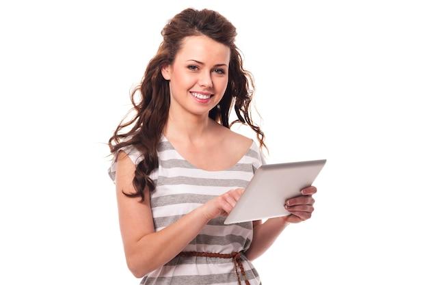 Brünette frau mit digitaler tablette