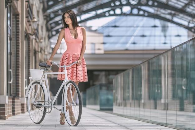 Brünette frau mit fahrrad