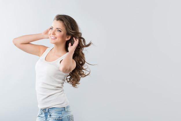 Brünette frau mit flatternden haaren