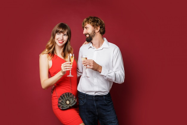 Brünette frau mit ihrem mann, der ein glas champagner hält