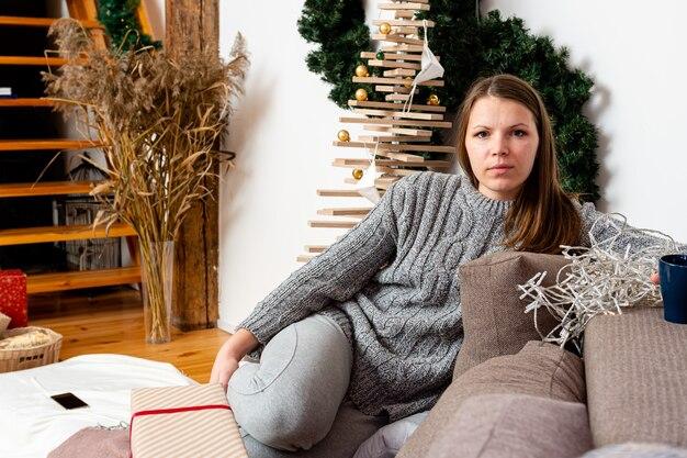 Brünette frau mit langen haaren, die im sofa zu hause entspannen