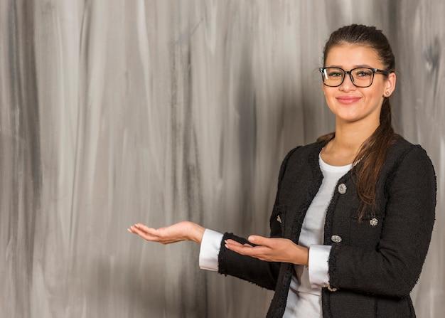 Brünette geschäftsfrau posiert