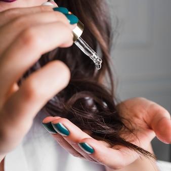 Brünette haare mit serum