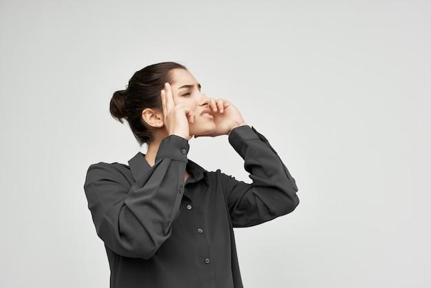 Brünette im schwarzen hemd hält ihren kopf depression gesundheitsprobleme lebensstil