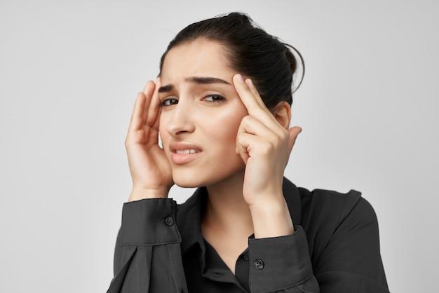 Brünette im schwarzen hemd zahnschmerzen gesundheitsprobleme