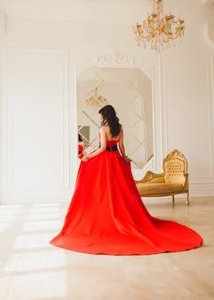 Brünette in einem langen roten kleid