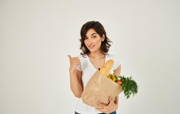 Brünette in einem weißen t-shirt, das gesundes essen isst