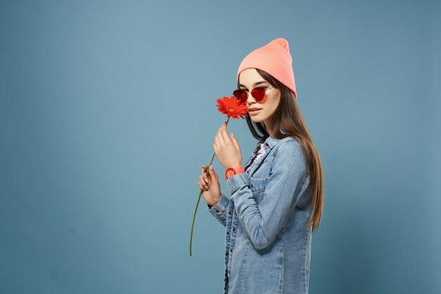 Brünette in jeansjacke mode posiert glamour