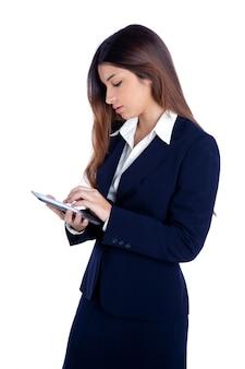 Brünette indische geschäftsfrau liest ebook tablet pc