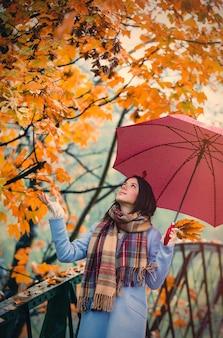 Brünette mädchen mit regenschirm