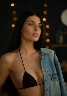 Brünette mit schönen brüsten im wohnzimmer.
