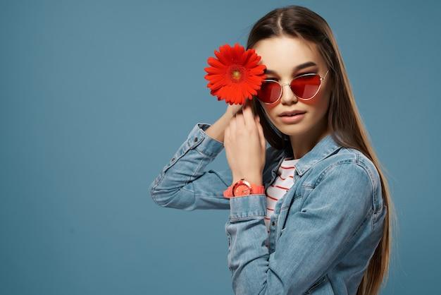 Brünette mit sonnenbrille rote blumendekoration luxus