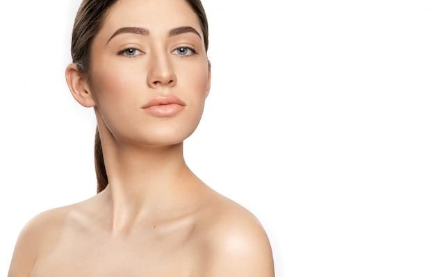 Brünette ohne make-up betrachtet kamera auf weißem hintergrund