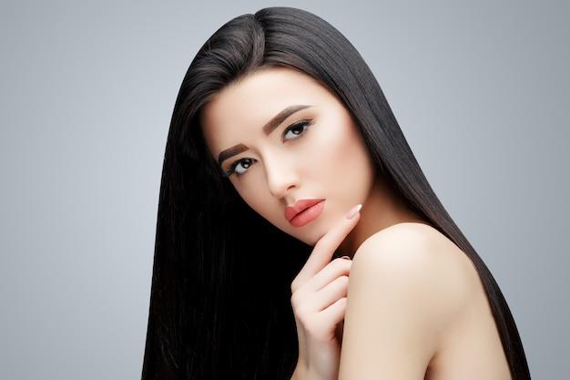 Brünettes asiatisches mädchen mit langen glatten haaren