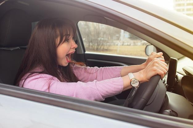 Brünettes mädchen schreit im auto