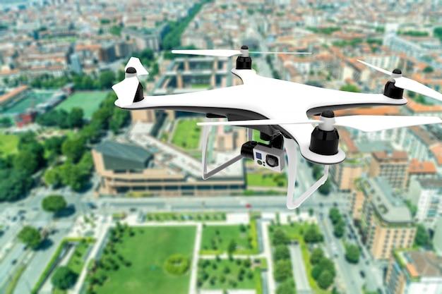 Brummen mit der digitalkamera, die über eine stadt fliegt