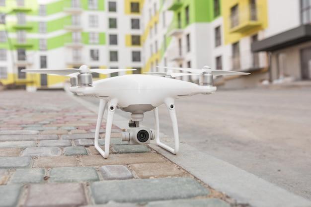 Brummen mit kamerafliegen auf baustelle