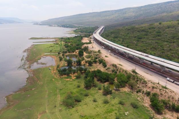 Brummenschussvogelperspektivelandschaft von im bau autobahngebühren nahe großem natürlichem fluss