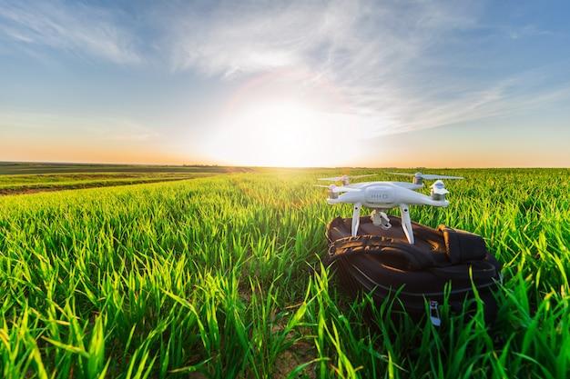 Brummenviererkabel hubschrauber auf grünem maisfeld