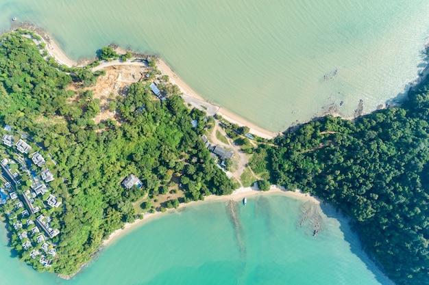 Brummenvogelperspektive schoss von tropischem meer mit schöner küsteninsel in phuket thailand.