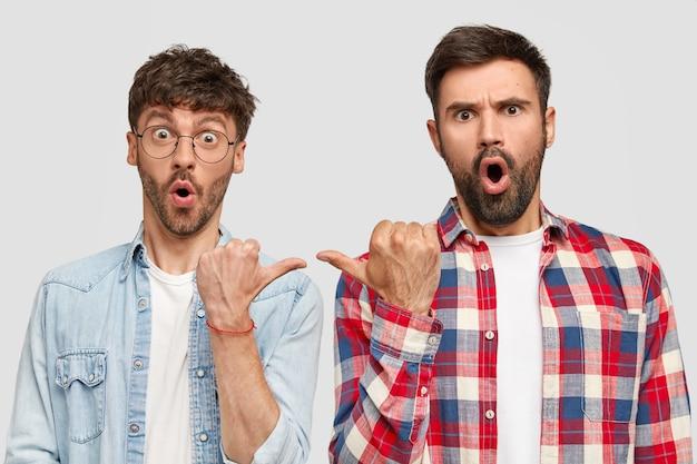 Brunet männer tragen hemden und posieren