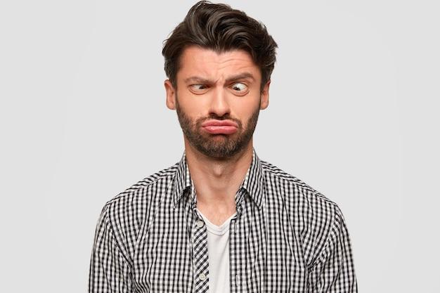 Brunet mann trägt kariertes hemd
