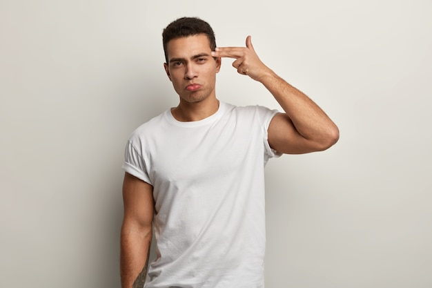 Brunet mann trägt weißes t-shirt