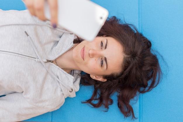 Brunette-blogger, der ein selfie macht