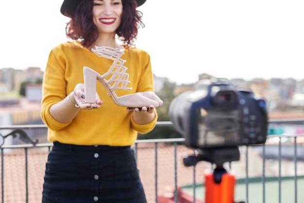 Brunette blogger, der ferse zur kamera zeigt