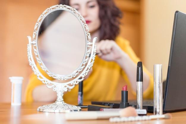 Brunette blogger macht ihr make-up