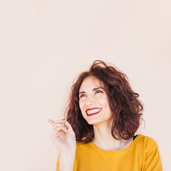 Brunette blogger posiert für ein foto