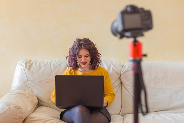 Brunette blogger schreiben auf dem laptop