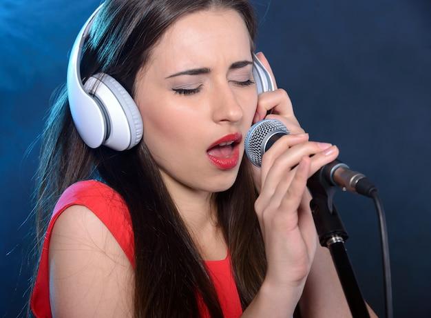 Brunette chanteuse in einem roten kleid der weinlese.