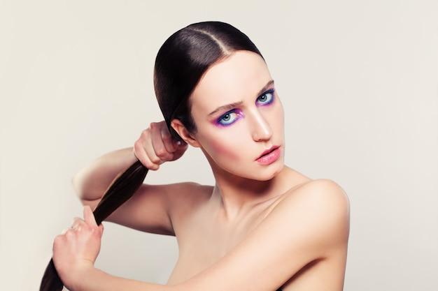 Brunette-frau mit dem langen gesunden haar. haarpflegekonzept