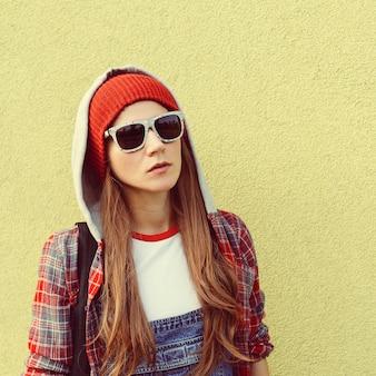 Brunette student fashion herbst kariertes hemd urban style