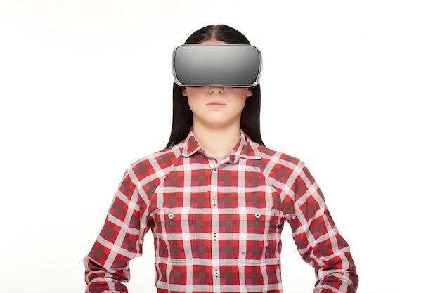 Brunette trägt im modernen headset der virtuellen realität.