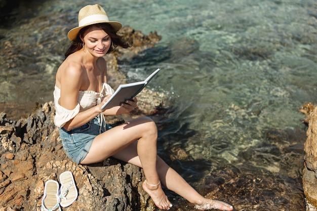 Brunettefrau, die ein buch liest