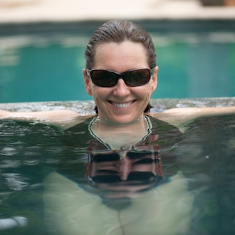 Brunettefrau in einem pool in costa rica