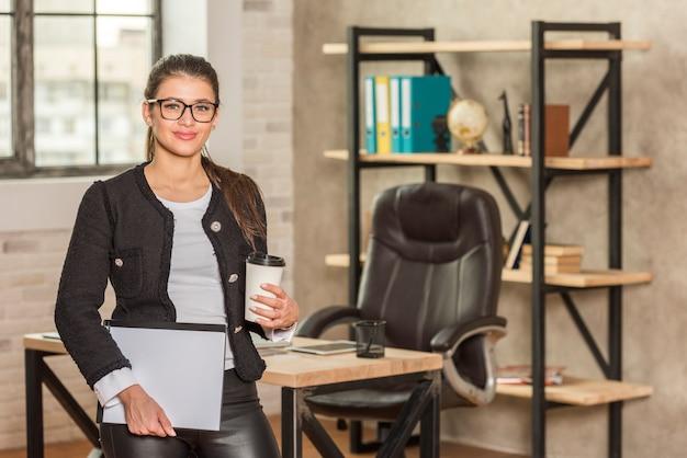 Brunettegeschäftsfrau in ihrem büro