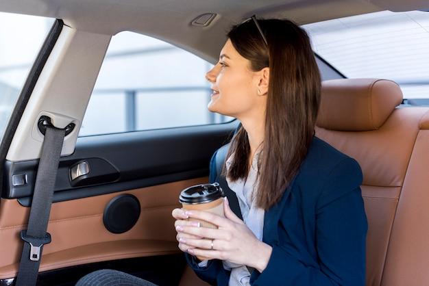 Brunettegeschäftsfrau innerhalb eines autos
