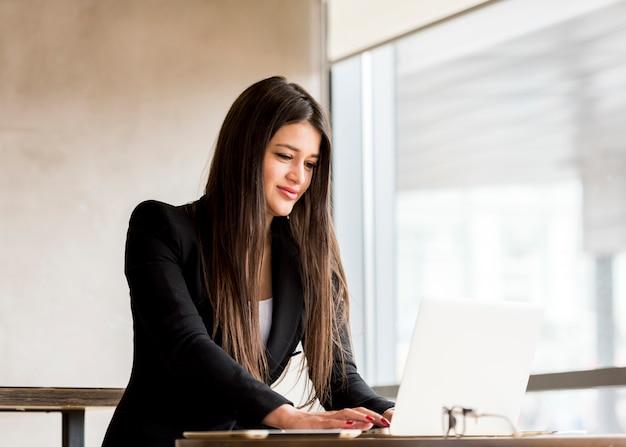 Brunettegeschäftsfrau mit laptop