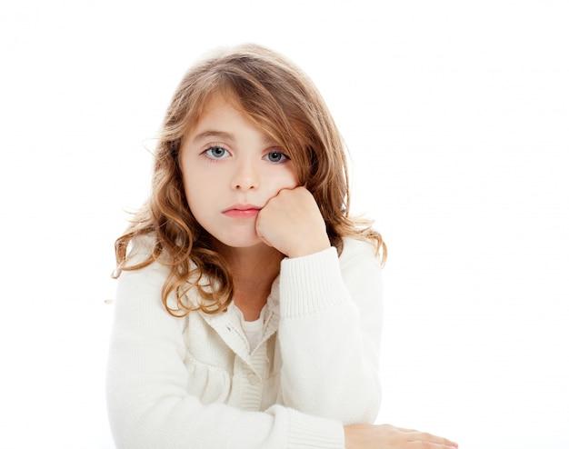 Brunettekindmädchenportrait auf weißem schreibtisch lokalisierte studiohintergrund