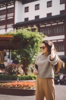 Brunettemädchen, das einen lokalen platz in shanghai china erforscht