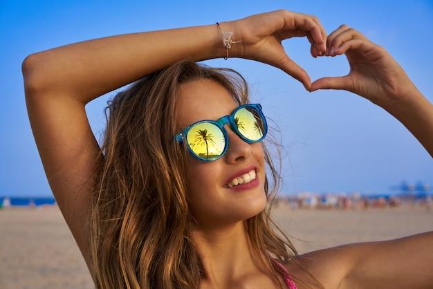 Brunettemädchensonnenbrille mit palme
