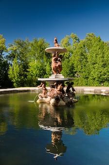 Brunnen an den palastgärten bei la granja de san ildefonso, segovia, spanien.