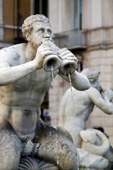 Brunnen der vier flüsse-statuen