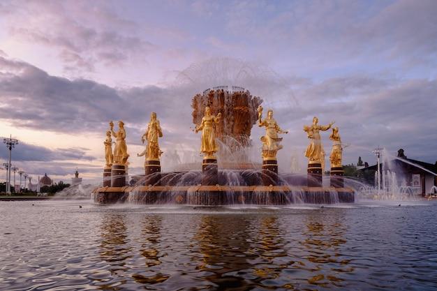 Brunnen freundschaft der völker bei sonnenuntergang eines der hauptsymbole der sowjetzeit 16 weibliche statuen des brunnens repräsentieren die sowjetrepubliken moskau russland